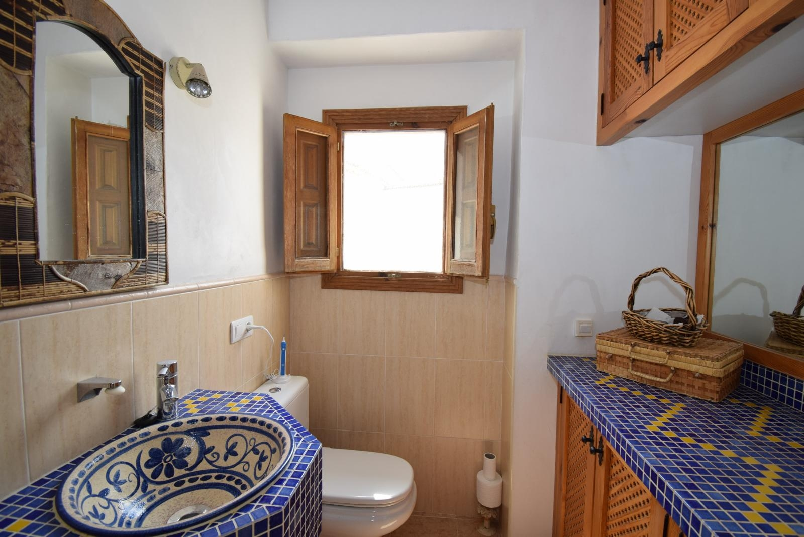 3 BED 2 BATH FULLY RENOVATED TOWNHOUSE TO HIGH STANDARDS WITH SUNNY PATIO
