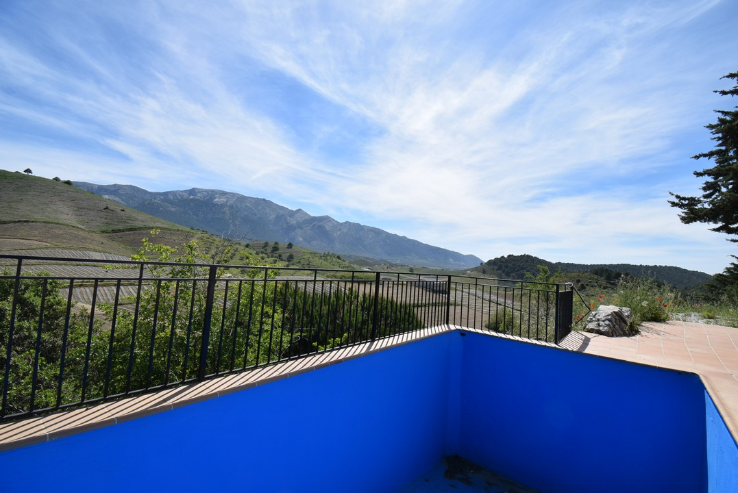 BEAUTIFUL OFF-GRID COUTRY PROPERTY WITH STUNNING VIEWS